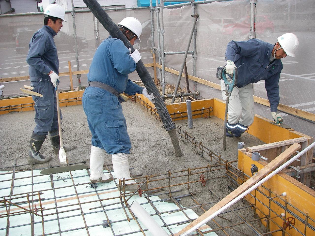 基礎工事 工事部の田中です。山岸歯科新築工事の基礎のコンクリート打設風景です。 ポンプ車からコン